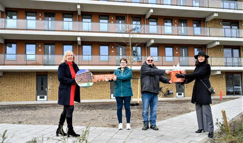 <p>Symbolisch overhandigden wethouder Astrid van Eekelen en Vidomes bestuurder Daphne Braal de eerste sleutel aan de bewoners (foto: Rene Verleg/Vidomes).</p>