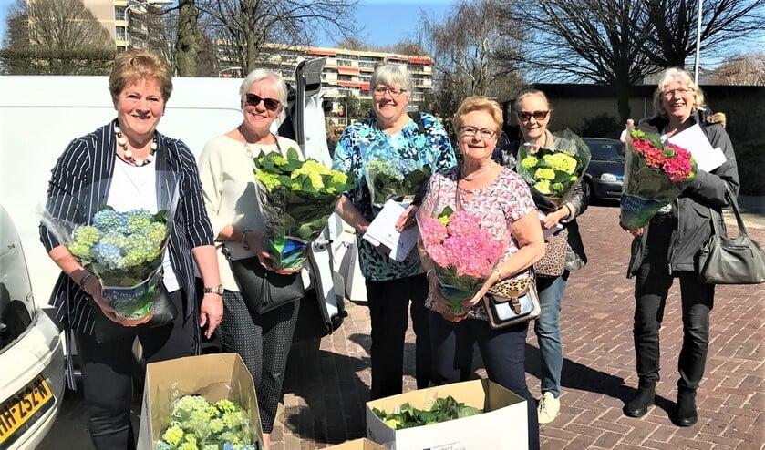 <p>De dames van Zonnebloem Mid-Voorburg brachten hortensia&#39;s, puzzelboekjes en een nieuwsbrief langs bij hun gasten (foto: pr).</p>