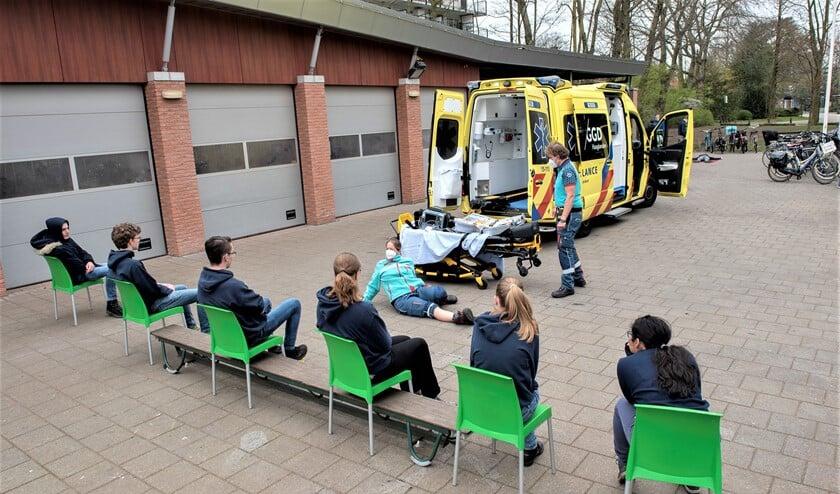 <p>Twee IC-verpleegkundigen kwamen met de ambulance naar clubgebouw de Vliethof (foto: Michel Groen).<strong>&nbsp;</strong> </p>