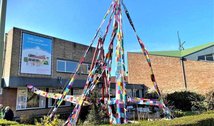 <p>De Paasboom, bestaande uit lange sjalen van samengestelde breiwerkjes in de tuin van de kerk (foto: pr).</p>