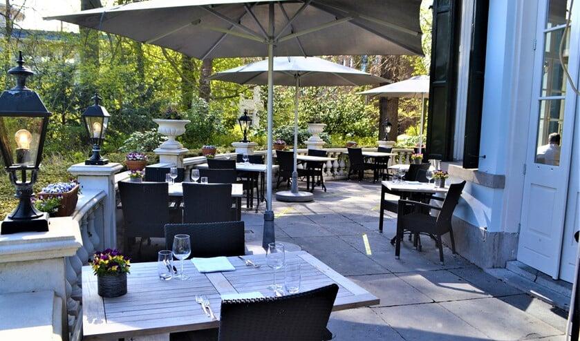 Het terras van Brasserie de Koepel in Park Vreugd en Rust staat schoongepoetst klaar voor de eerste gasten op woensdag 28 april (foto: Inge Koot).