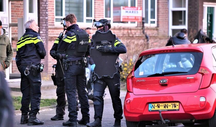<p>Zwaar beschermde politiemensen vielen een woning binnen, maar het bleek een valse melding. Wel werd een hennepkwekerij ontdekt (foto: Rene Hendriks).</p>