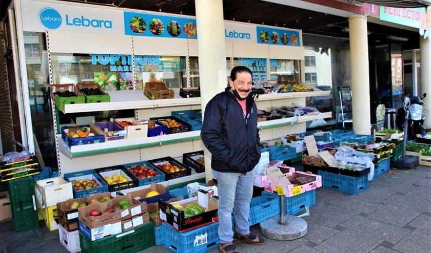 <p>Afgelopen zaterdag nam groenteman Byram Gunes afscheid van zijn klanten en sloot zijn zaak aan de Bruijnings Ingenhoeslaan in Voorburg (foto: Ap de Heus).</p>