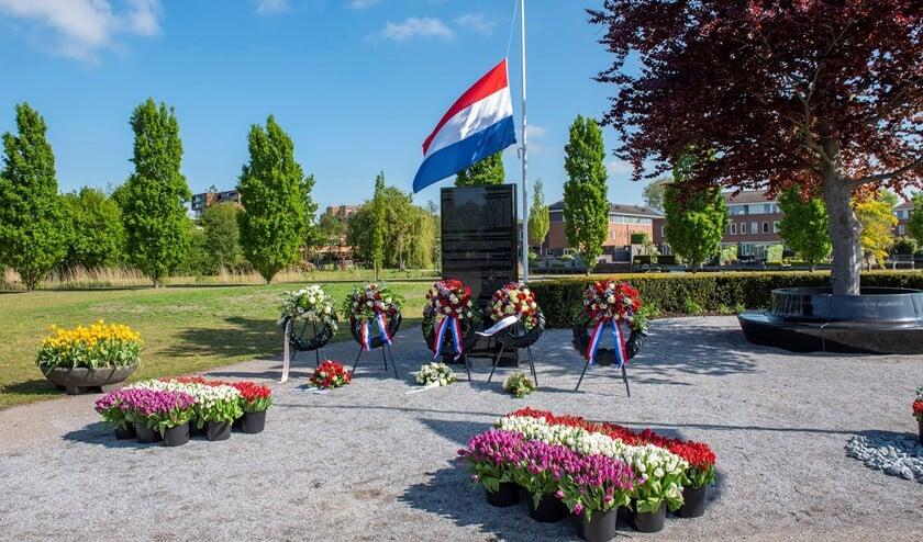 <p>Vlag halfstok bij het Monument voor Vrede en Vrijheid in Park Sijtwende (foto: Michel Groen).</p>