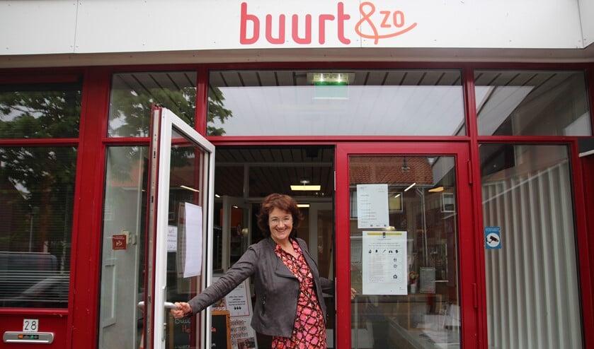 <p>Anjo van Hemert &lsquo;swingt&rsquo; de deur van Buurt & Zo verwelkomend wijd open!</p>
