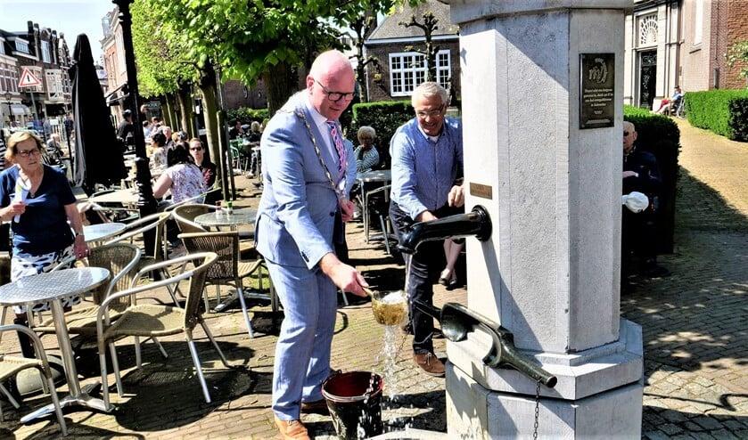 <p>Start van het seizoen van Mooi Voorburg bij de dorpspomp (toen alles nog &#39;normaal&#39; was) door burgemeester Tigelaar (foto: Ot Douwes).</p>