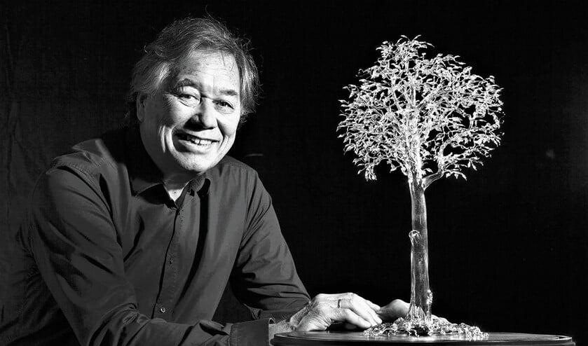 Ming Hou Chen met een door hem gemaakte boom van glas (foto: Hilbert Krane).