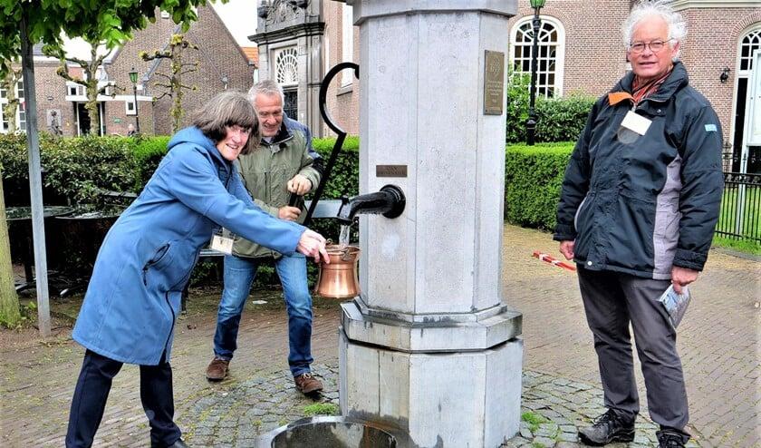 <p>Bestuursleden van Mooi Voorburg stellen de dorpspomp in gebruik (foto: Ot Douwes).</p>
