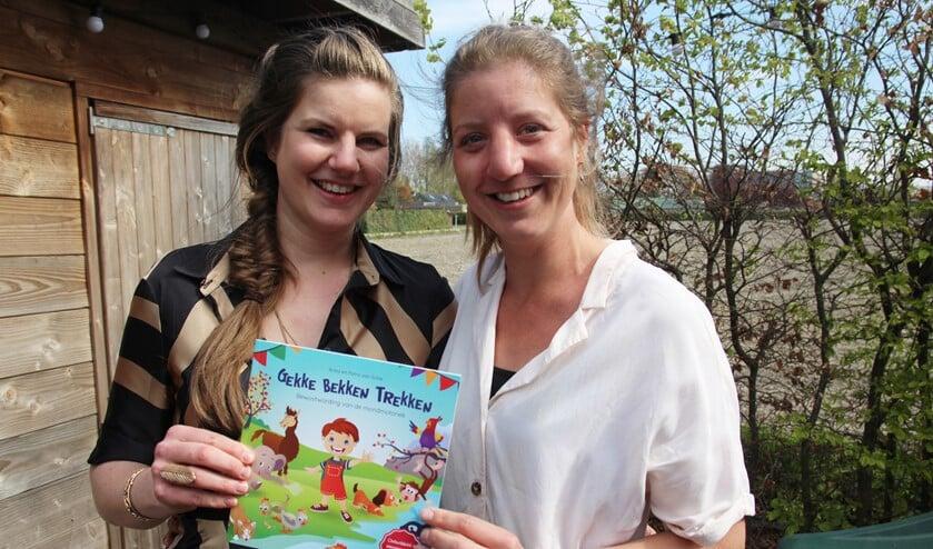 <p>Anita en Petra zijn heel blij met het boekje &lsquo;Gekke bekken trekken&rsquo;.</p>