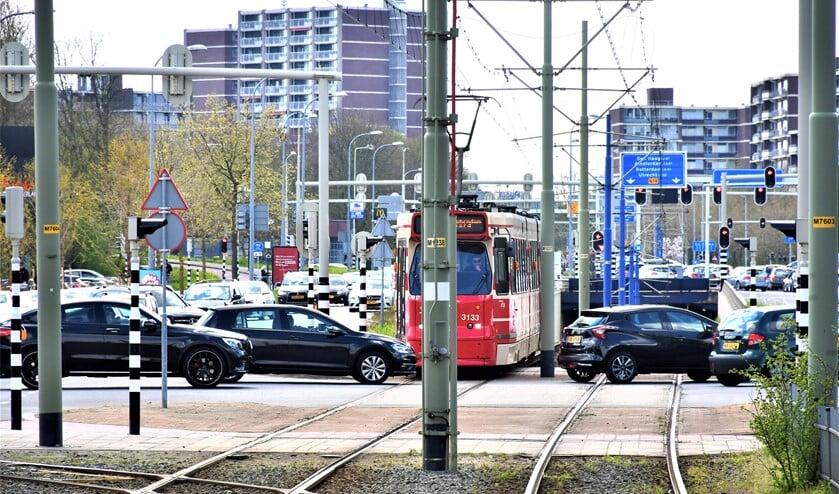 <p>Alle toegangswegen naar Leidschendam kwamen vast te staan en zelfs de trambaan werd geblokkeerd (foto: VR Press).</p>