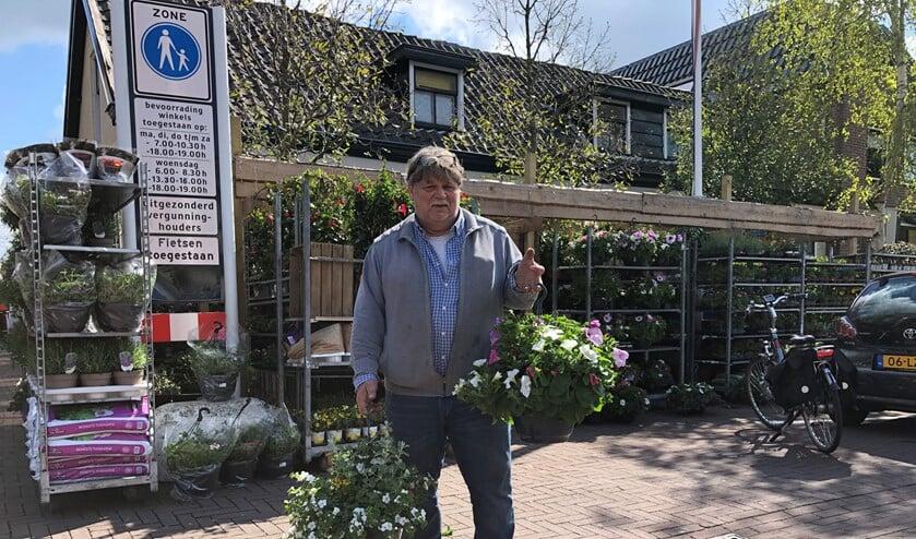 <p>Piet heeft prachtige hanging baskets te koop.</p>