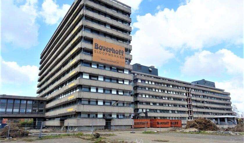 Het kantoorgebouw Damsigt waar voorheen oliemaatschappij Total was gevestigd (foto: Ap de Heus).