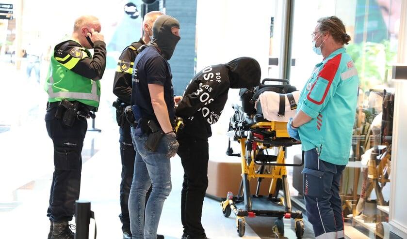 <p>De man gaf zich over en is aangehouden. Hij &nbsp;werd op een brancard afgevoerd en per ambulance naar het ziekenhuis gebracht voor passende zorg (foto: Sebastiaan Barel).</p>