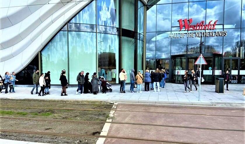 <p>Rij wachtenden voor de Westfield Mall (foto: gemeente LV).</p>