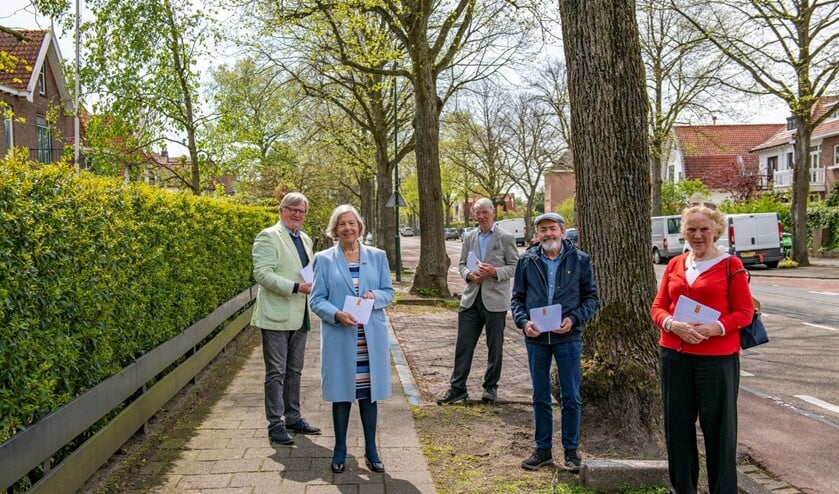 <p>Bestuursleden aan het begin van de Mariannelaan. V.l.n.r.: Alfred van Bunge, Tilly Zwartepoorte, Marcel Mooijman, Kees van der Leer, Marieke Spliethoff (foto: Ronald Meekel).</p>