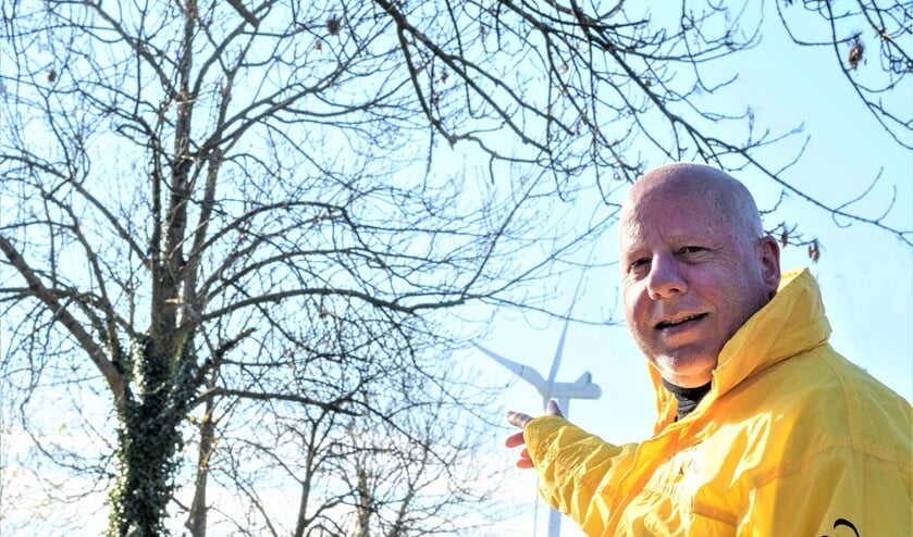 <p>GBLV-raadslid Hans Peter Klazenga met op de achtergrond de ontsierende en overlastgevende windturbine (foto: GBLV).</p>