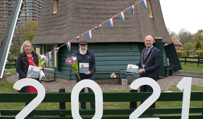 <p>De eerste jubileumboeken waren voor burgemeester Tigelaar, wethouder Van Eekelen en molenaar Bram Zonderop (foto: Michel Groen).</p>