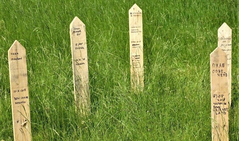 Deze herdenkingspaaltjes zijn geplaatst in de tuin van de Oude kerk aan de Herenstraat in Voorburg (foto: Ap de Heus).