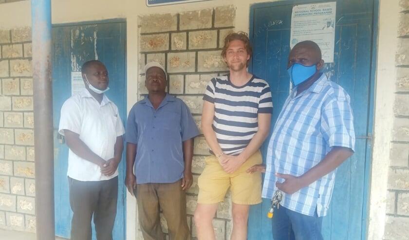 <p>Van links naar rechts: Mr Samuel Nzivo (deputy head teacher, Mr Kamanzo Mwatela (board of management chairman), Bram Over (Close the gap) en Samson Ndegwa (co&ouml;rdinator Tenda Pamoja Kenya).</p>