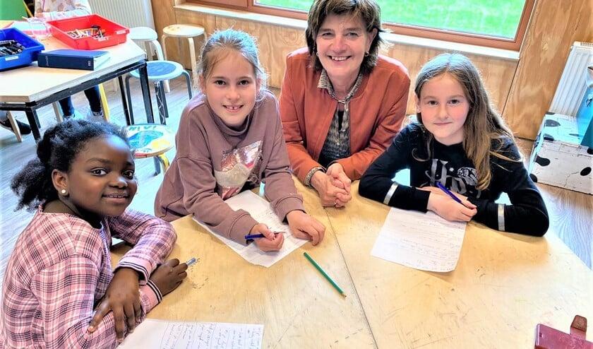 <p>Kinderen van BSO Stoer & Robuust namen Tine Oudshoorn, directeur-bestuurder van Vlietkinderen, een interview af (foto: pr Vlietkinderen).</p>