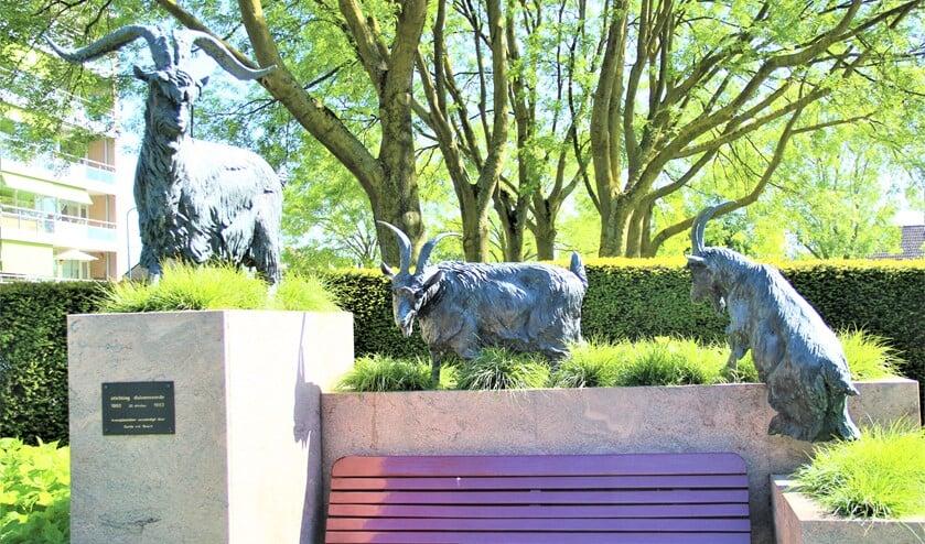 <p>Het beeld &lsquo;Bok met twee geiten&rsquo; van Gerda van den Bosch in Duivenvoorde (tekst: Anne Marie Boorsma / foto: Marian Kokshoorn).</p>