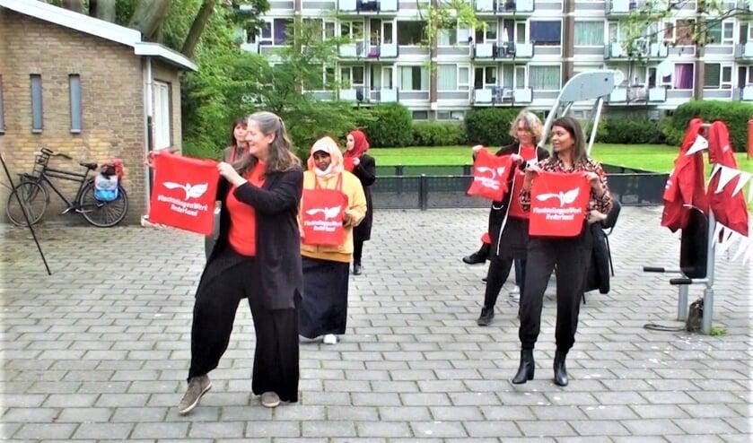 <p>Om de vrijwilligers een hart onder de riem te steken heeft VluchtelingenWerk Leidschendam-Voorburg meegedaan aan de Jerusalema challenge (foto: pr).</p>