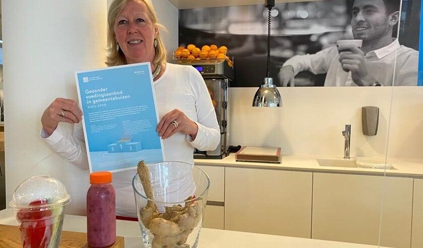 <p>Wethouder van Eekelen tekende namens de gemeente de Ambitie gezonder voedingsaanbod gemeentehuizen&nbsp;</p>