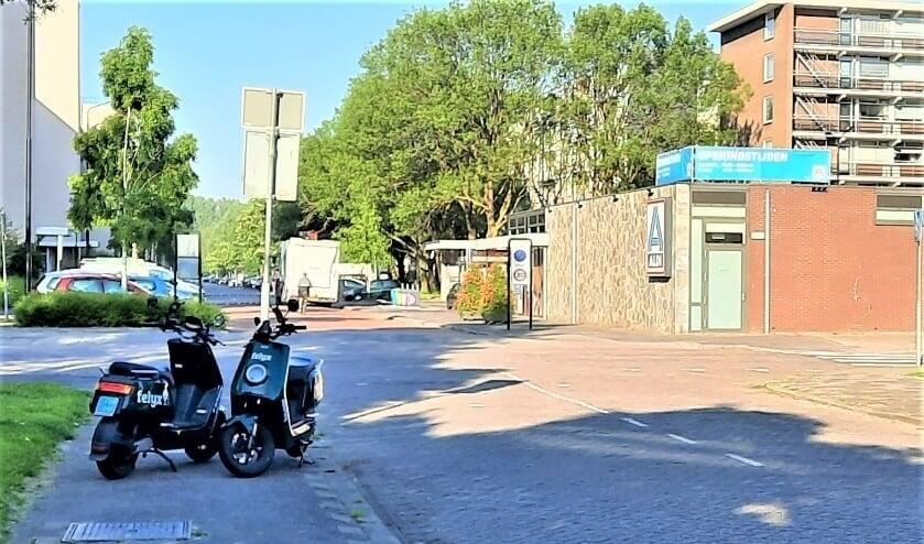 <p>Mensen met rollators en scootmobielen ondervinden veel hinder van de deelscooters geparkeerd op het trottoirs (Foto: P. Sas).</p>