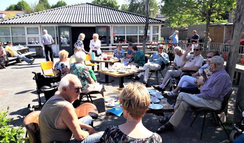 <p>Koffie op enige afstand in de tuin van wijkcentrum De Boot in Damsigt (foto: pr). </p>