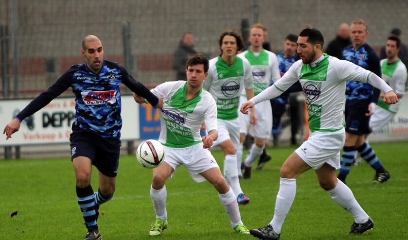De verdedigers van Spijkenisse hielden Zwaluwen op afstand. Foto's: Peter de Jong.