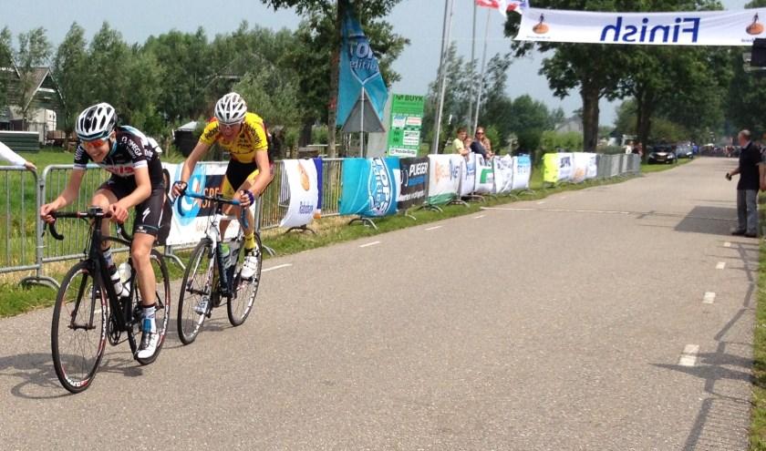 Kevin Inkelaar met in zijn wiel Sjoerd Bax.