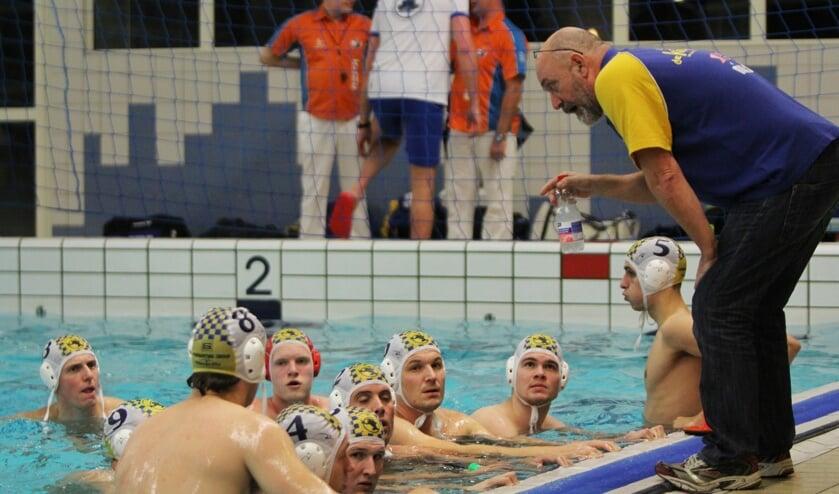 Nico van Nieuwamerongen instrueert zijn spelers voor de wedstrijd tegen De Vliet. Foto Peter de Jong.