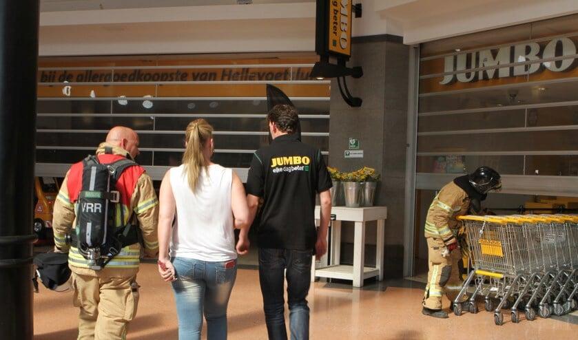 brandweer samen met Jumbo personeel