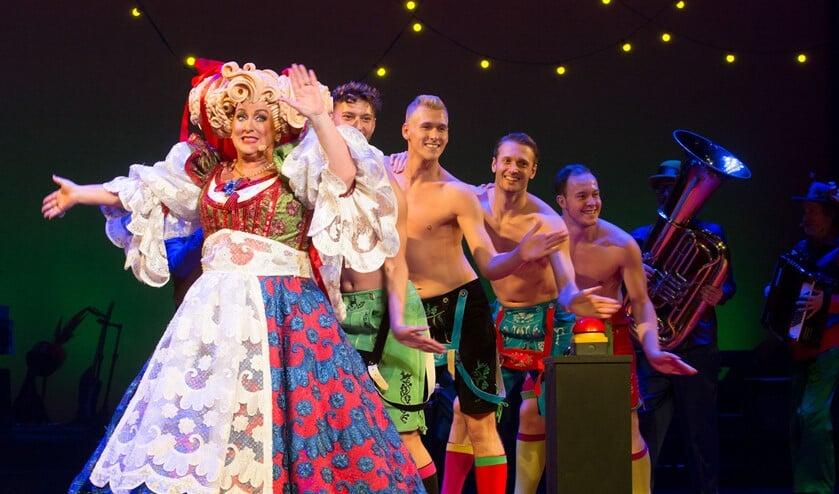 Karin Bloemen en Stiletto Dancers. Foto: Andy Doornhein