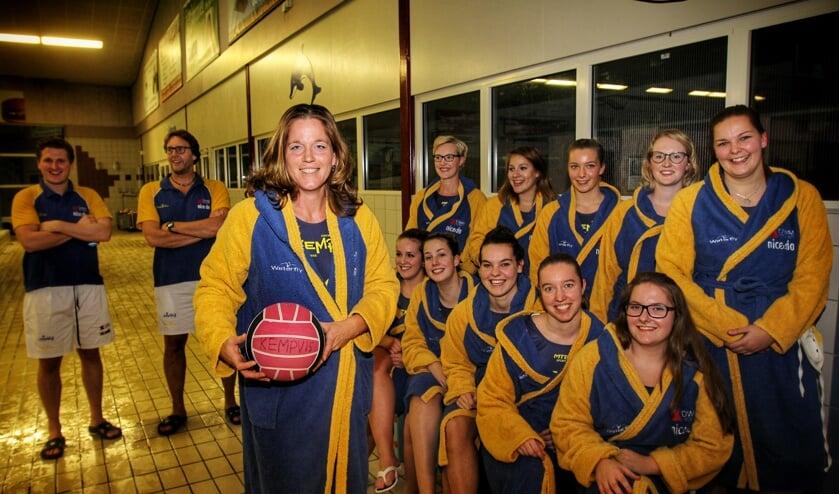 Amanda Lubbe (met bal) is in het jonge team van De Kempvis het slot op de verdediging. Foto Pater de Jong.