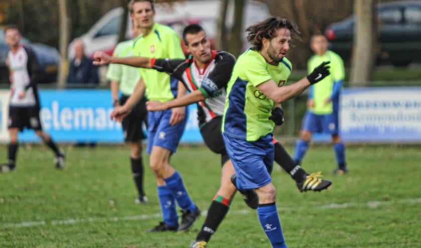 Aanvoerder Danny Poldervaart vuurt namens GHVV '13 de 2-0 tegen het garen. Abbenbroeks aanvoerder Dennis Holsteijn kon dit niet meer voorkomen. Foto Peter de Jong.
