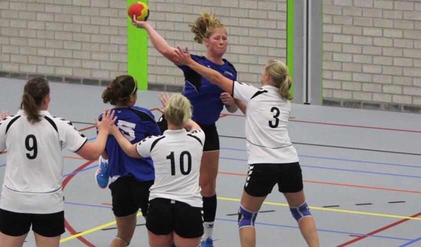 De dames van HVOS kwamen zondag in sporthal Olympia tot een zege tegen Vires et Celeritas. Fotografie: Peter de Jong
