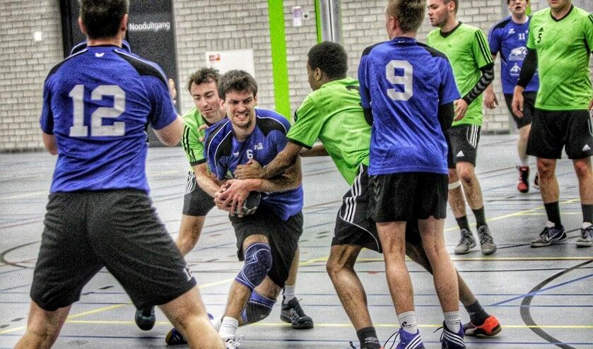 De handballers van HVOS hebben de zaalhandbalcompetitie afgesloten met een nederlaag tegen DWS. Foto Peter de Jong.