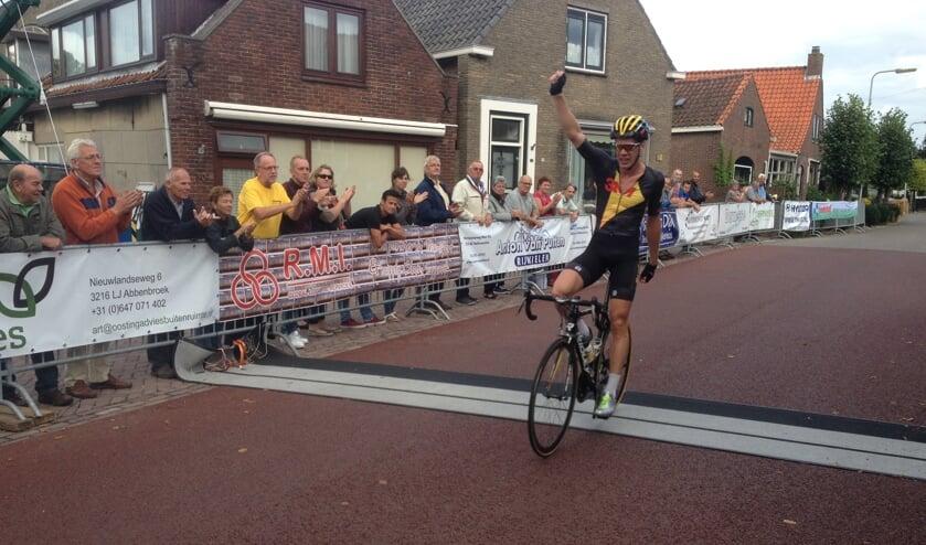 Michael Vingerling soleert na 2009, 2010 en 2011 naar zijn vierde overwinning in de Ronde van Abbenbroek. Foto Dan Rolandus.