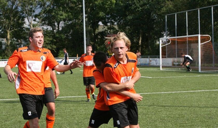 Arie Bravenboer heeft zojuist uit vrije schop de 2-1 gescoord en neemt de felicitaties van zijn ploeggenoten in ontvangst.  Foto: Wil van Balen.