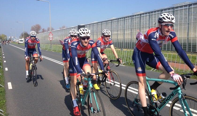Daan van Sintmaartensdijk (geheel rechts), met zijn ploeggenoten van De Jonge Renner, was goed op dreef in de Omloop Hoekse Waard.