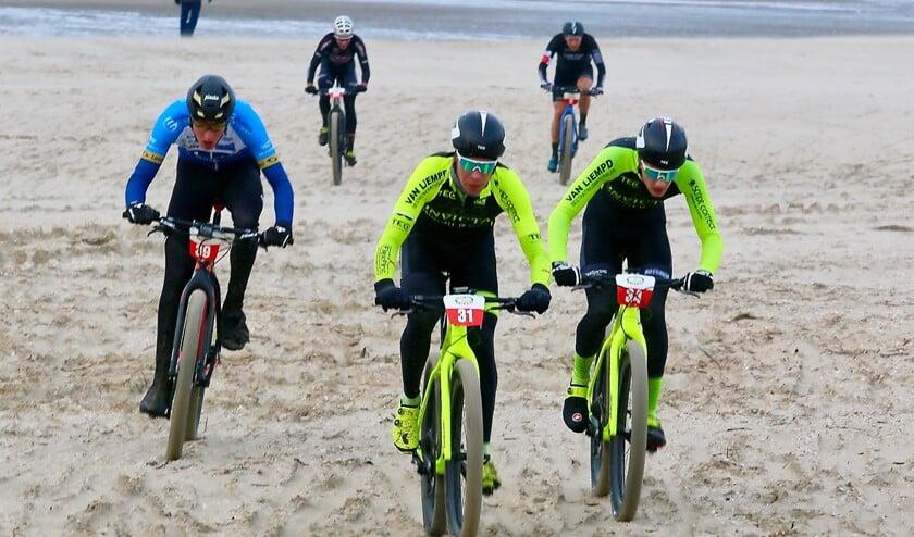 Daan van Sintmaartensdijk (39), Ronan van Zandbeek (31) en de latere winnaar Bas Nieuwkoop (34) op weg naar het podium. Foto TvK.