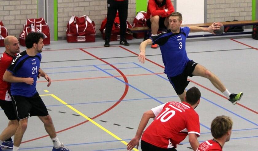 De handballers van HVOS wisten zondag SOS Kwieksport de punten afhandig te maken. Fotografie: Peter de Jong
