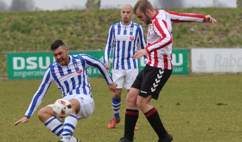 Wesley Meuldijk (rood-wit) probeert de bal te veroveren. Hij was een aantal weken zoekend naar zijn motivatie.