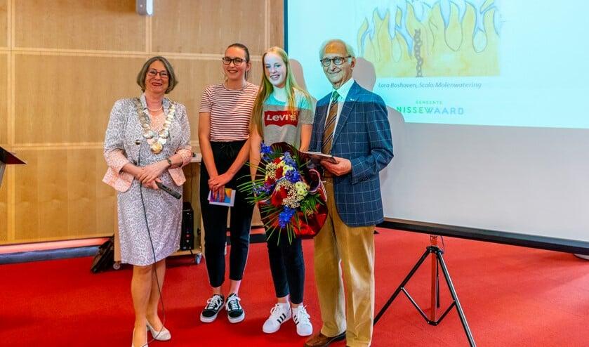 Winnaressen Naomi Vink (l) en Ilse van Wijngaarden (r) met burgemeester Salet en spreker Wolfgang Kotek.