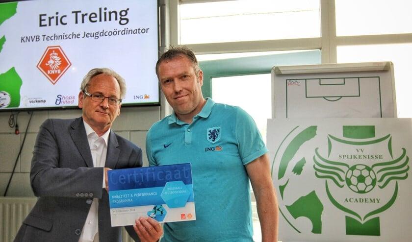 Spijkenisse kreeg vrijdag uit handen van Eric Treling van de KNVB het certificaat voor jeugdopleider uitgereikt.