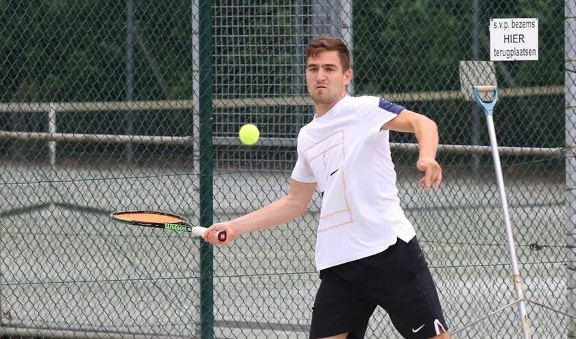 Lennart van den Heuvel was zondag in drie sets te sterk voor Sander Claessens in Zuidland. Foto: Theo van Kralingen