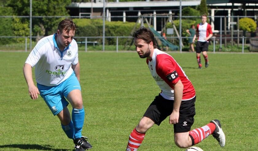 Dennis Holsteijn (r), zet een punt achter zijn voetballoopbaan en stopt bij Abbenbroek.