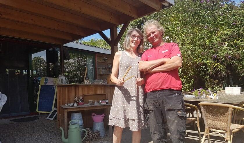 Matie vindt het leuk verschillende mensen te bedienen in haar theetuin. Frans doet het onderhoud en geniet van de vogels en insecten.