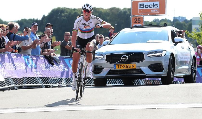 Chantal Blaak zat al lange tijd vooruit en met nog twaalf kilometer voor de wielen zette zij haar winnende solo in.